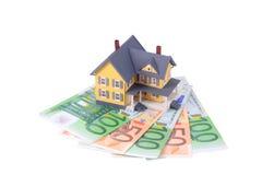 Miniatuur huis over euro geïsoleerds geld Royalty-vrije Stock Foto's