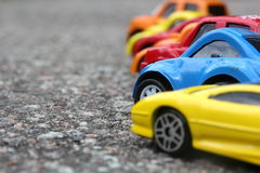 Miniatuur kleurrijke auto's die zich in lijn op het concept van de wegverkoop bevinden Stock Foto's