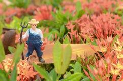 Miniatuur landbouwmens in het park stock afbeeldingen