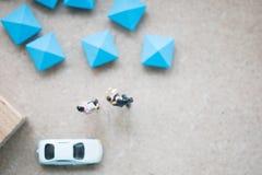 Miniatuur mooie paarechtgenoot die zijn zuigeling en vrouw vervoeren royalty-vrije stock fotografie