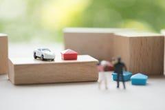Miniatuur mooie paarechtgenoot die zijn zuigeling en vrouw vervoeren royalty-vrije stock afbeelding