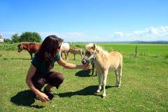 miniatuur paard en meisje Royalty-vrije Stock Afbeeldingen