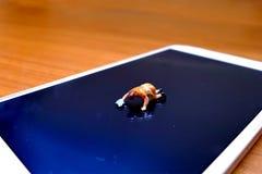 Miniatuur schoonmaakster die generische celtelefoon schoonmaken Royalty-vrije Stock Foto's