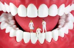 Miniatuur tandartsen op tanden Royalty-vrije Stock Afbeeldingen