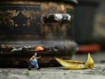 Miniatuur van clown alleen het lopen stock fotografie