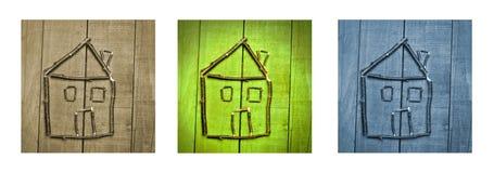 Miniatuur van huis dat van stokken op houten achtergrond wordt gemaakt Triptiek in bruin, groen en blauw Stock Afbeelding