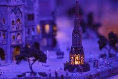 Miniatuur van mensenontmoetingsplaats bij nacht op Kerstmisavond Stock Afbeelding