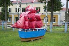 Miniatuur van schip met rode vlaggen Stock Fotografie
