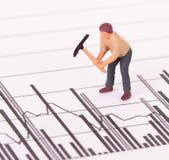 Miniatuurarbeider die aan een grafiek werken Stock Foto's