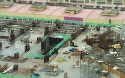 Miniatuurarbeiders op bouwwerf Stock Afbeelding