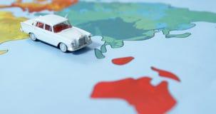 Miniatuurauto op een kaart stock videobeelden