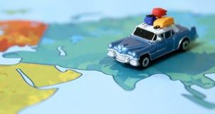 Miniatuurauto op een kaart stock footage