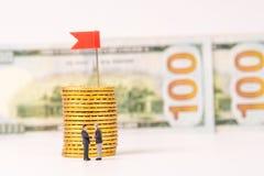Miniatuurbeeldjes van zakenmanhandenschudden met gouden muntstuk Stock Afbeeldingen