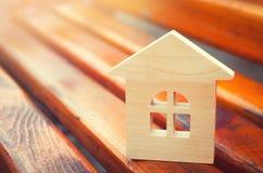 Miniatuurblokhuis Concept onroerende goederen Verkoop van flats aankoop van huisvesting Flats voor Huur Plaats voor tekst nieuw royalty-vrije stock foto's