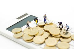 Miniatuurcijfer: Calculator voor het berekenen geld, belasting, maandelijks/jaarlijks Beeldgebruik voor financiën, bedrijfsconcep royalty-vrije stock fotografie