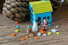 Miniatuurcijfer de Kerstman met de sneeuwmens en sterren als christma Stock Foto's
