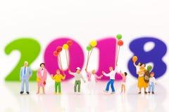 Miniatuurfamilie, kinderen die kleurrijke ballon houden die als achtergrond gebruiken Internationale dag van families 2018 concep stock foto