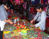 Miniatuurgroenten en vruchten voor verkoop Stock Afbeeldingen