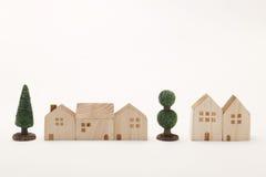 Miniatuurhuizen en bomen op witte achtergrond De bouw Stock Foto