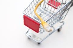 Miniatuurkarretje met LAN kabel Stock Foto