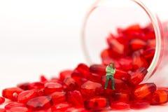Miniatuurliefde, Eenzame meisjeszitting op het hart van het kristal van het glas, die zoals lerend om alleen in de Dag van Valent Stock Afbeelding
