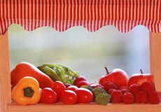 Miniatuurmarktkraam met diverse vruchten en groenten stock afbeeldingen