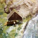 Miniatuurmensen: arbeider op zaagmolen bij de rivier Macrofoto, ondiepe DOF stock foto