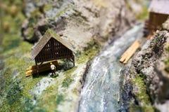 Miniatuurmensen: arbeider op zaagmolen bij de rivier Macrofoto, ondiepe DOF royalty-vrije stock fotografie