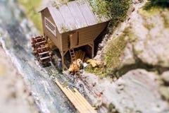 Miniatuurmensen: arbeiders op zaagmolen bij de rivier Macrofoto, ondiepe DOF stock foto