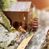 Miniatuurmensen: arbeiders op zaagmolen bij de rivier Macrofoto, ondiepe DOF stock afbeeldingen