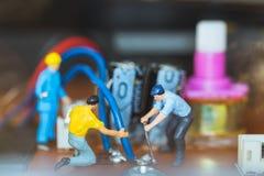 Miniatuurmensen: Arbeidersteam die Elektronische Kringen herstellen royalty-vrije stock afbeeldingen