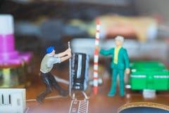 Miniatuurmensen: Arbeidersteam die Elektronische Kringen herstellen stock afbeelding