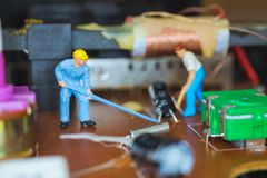 Miniatuurmensen: Arbeidersteam die Elektronische Kringen herstellen royalty-vrije stock afbeelding