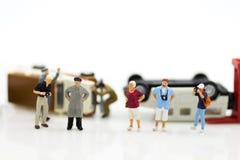 Miniatuurmensen: Autoneerstorting, Verzekeringsbedrijf Beeldgebruik voor het leven niet met achteloosheid, gevaar op de weg, zorg stock afbeeldingen