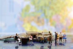 Miniatuurmensen: Bedrijfspersoon die op gesprek wachten royalty-vrije stock afbeelding