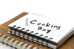 Miniatuurmensen: chef-kok die gebruikend voor concept het Koken dag koken royalty-vrije stock afbeeldingen