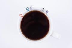 Miniatuurmensen commerciële teamzitting op witte koffiekop Stock Foto's