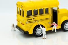 Miniatuurmensen: De arbeiders maken omhoog de auto Beeldgebruik voor het schoonmaken en onderhoud, bedrijfsautocar concept royalty-vrije stock afbeeldingen
