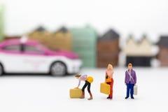 Miniatuurmensen: De groepsmensen bewegen koffer en wachten op bussen Beeldgebruik voor Vervoer, Reis bedrijfsconcept royalty-vrije stock afbeeldingen