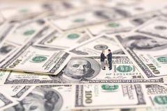 Miniatuurmensen en geld Creatief concept een overeenkomst De zakenlieden schudden handen royalty-vrije stock afbeelding