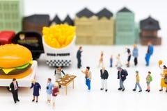 Miniatuurmensen: Groepsmensen die over marketing, Handelzaken spreken Beeldgebruik voor Concessie bedrijfsconcept stock afbeelding