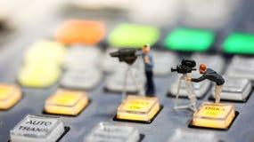 Miniatuurmensen: journalisten, cameraman, Videographer op het werk stock foto