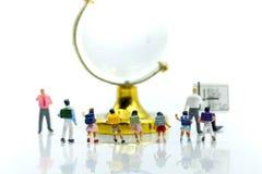 Miniatuurmensen: Leraar die studenten een vraag, Onderwijs stellen royalty-vrije stock afbeeldingen