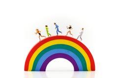 Miniatuurmensen: marathonagenten met regenboog, jogging en ru stock afbeeldingen
