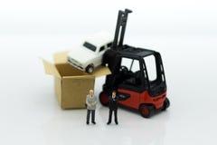 Miniatuurmensen: Mens van autoverzekering wanneer een ongeval op de weg Het beeldgebruik voor maakt een overeenkomst, verantwoord Stock Fotografie