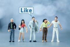 Miniatuurmensen - Mensen en sociale media Royalty-vrije Stock Fotografie