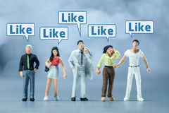 Miniatuurmensen - Mensen en sociale media Royalty-vrije Stock Foto