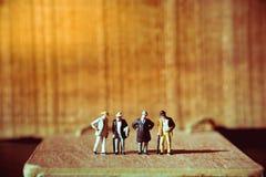 Miniatuurmensen, oude zakenman Royalty-vrije Stock Afbeeldingen