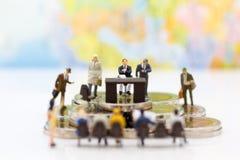 Miniatuurmensen: Recruiter gesprekskandidaten Beeldgebruik voor achtergrondkeus van de meest geschikte werknemer, royalty-vrije stock afbeeldingen