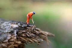 Miniatuurmensen: Registreerapparaat houten knipsel voor huisbouw, die beeld voor bedrijfsconcept gebruiken royalty-vrije stock fotografie